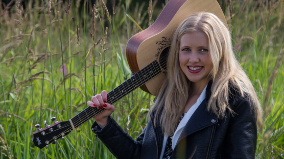 Zoe Faulkner - Pop Acoustic Pop Live Act in Aberdeen