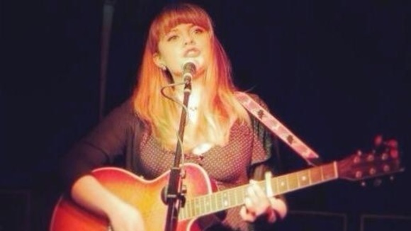 Joy Kerr - Acoustic Folk Singer/Songwriter Britpop Rock Live Act in Berlin