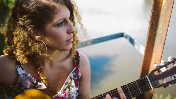 Amira - Singer/Songwriter Acoustic Pop Charts Live Act in Hamburg